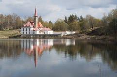 Klosterpalast auf dem Ufer des Sees in Gatchina, St Petersburg Russland Horizontale Landschaft Lizenzfreies Stockbild