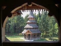 KlosterSapanta-Perien i Maramures, Rumänien fotograferade till och med ett sclupted fönster Royaltyfri Fotografi