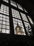 Klostertorn för El Escorial till och med ett fönster Arkivbilder