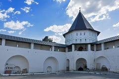 Klostertorn och vägg Arkivfoto