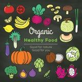 Klotter för organisk mat på svart tavlabakgrund Royaltyfri Bild