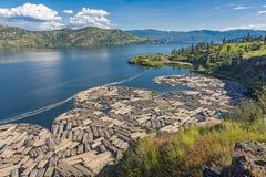 Klotz-Booms auf Okanagan See mit Kelowna-Britisch-Columbia Kanada im Hintergrund Lizenzfreies Stockbild