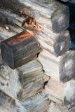 Klotz eingestuft in einem großen Stapel, Wartung Tischler, um alte Häuser zu bauen stockfotografie