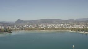 Klotz 4K Vogelperspektive des Annecy Seeufergegend-Ebbeniveaus wegen der Dürre - Frankreich - ungeordnet stock video