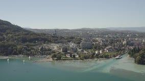 Klotz 4K Vogelperspektive des Annecy Seeufergegend-Ebbeniveaus wegen der Dürre - Frankreich - ungeordnet stock footage