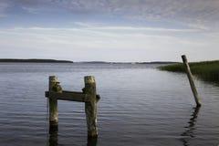 Klotz von Überresten des alten, hölzernen Piers, im Wasser, stockbilder