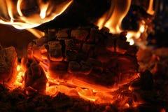 Klotz von den Kohlen, die in einem Ofen brennen Stockfoto