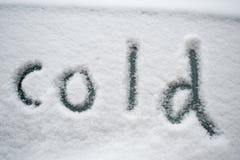 ?Kälte?, geschrieben in den Schnee Stockbild