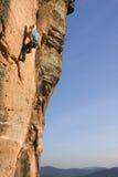 klättringkvinnabarn Royaltyfri Fotografi