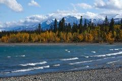 Kluane湖看法和圣伊莱亚斯山的前面范围 免版税库存照片