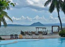 Klubba Balai Isabel med Tagaytay sjön och vulkan som bakgrunden royaltyfri foto