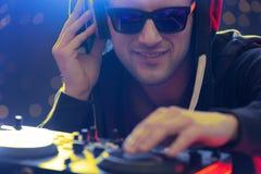 Klubba dj som spelar musik royaltyfri foto
