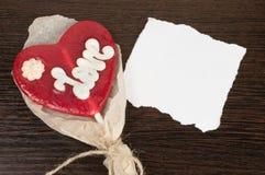 Klubba i formen av hjärta med anmärkningen på en mörk bakgrund Arkivbild