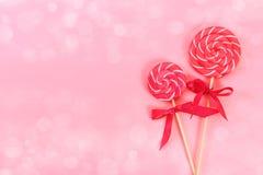 Klubba två med vit- och rosa färgband Royaltyfri Bild