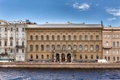 Klubba Vladimir Palace för forskare` s på den Dvortsovaya invallningen i St Petersburg, Ryssland Royaltyfria Foton