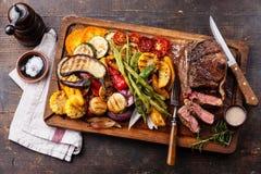Klubbabiff och grillade grönsaker Arkivfoto