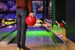 klubban för att bowla kastar bollen arkivfoton