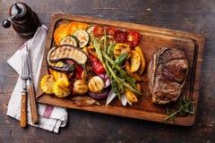 Klubbanötköttbiff och grillade grönsaker Arkivbild