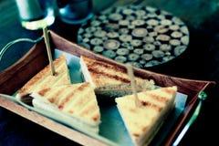 Klubbasmörgås med skinka, bacon och örter i coffee shop Arkivfoton