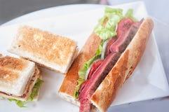 Klubbasmörgås och nötköttbiffsmörgås Arkivbilder