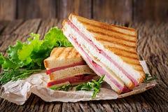 Klubbasmörgås - panini med skinka och ost royaltyfri bild