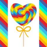 Klubbor för godis för dag för valentin` s hjärta formade med pilbågen, färgrik spiral godisrotting med ljusa regnbågeband på pinn Arkivfoton