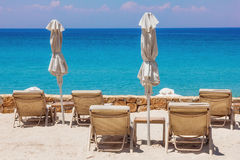 Klubsessel auf dem Strand in Sani, Griechenland Stockfotografie
