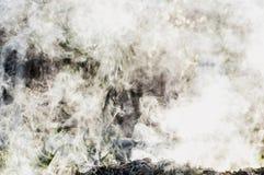 Kluby dym od ogniska na letnim dniu na ulicie Tekstura dym zdjęcia stock