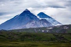 Kluchevskoy il più grande vulcano vivo nell'Eurasia, insieme a immagine stock