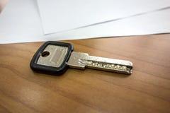 Klucz biuro na drewnianym stole Zdjęcia Royalty Free