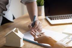 Klucz dom na ręce banka employeer sprzedawać dom po appro Obrazy Royalty Free