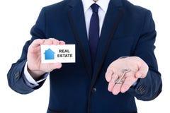 Klucz i odwiedzać karta w męskiej agent nieruchomości ręce odizolowywającej dalej Fotografia Stock