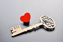 Klucz i serce na popielatym tle Zdjęcia Royalty Free