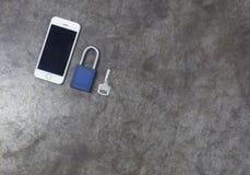 Klucz i telefon komórkowy na metalu tle Zdjęcie Stock
