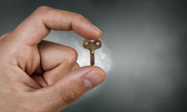 Klucz między palcami Zdjęcie Royalty Free