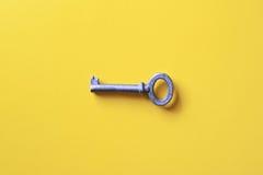 Klucz na żółtym tle obrazy stock