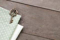 Klucz na drewno textured tle Zdjęcia Royalty Free