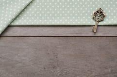 Klucz na drewno textured tle Obrazy Stock