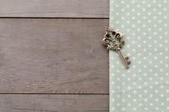 Klucz na drewno textured tle Fotografia Royalty Free