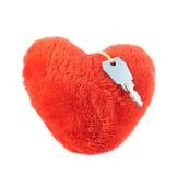 Klucz nad pluszowym sercem Fotografia Royalty Free