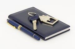 Klucz, notatnik i pióro, Fotografia Royalty Free
