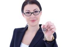 Klucz w żeńskiej agent nieruchomości ręce Zdjęcie Royalty Free