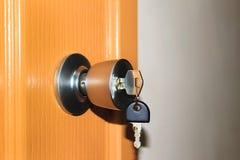 Klucz w keyhole na drzwi obraz royalty free