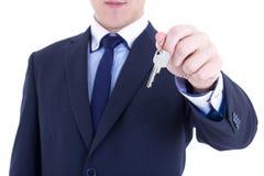 Klucz w męskiej agent nieruchomości ręce odizolowywającej na bielu Fotografia Royalty Free