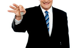 Klucz wizerunek biznesmena mienia klucze Fotografia Stock