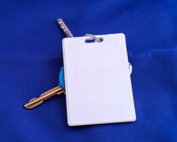 Klucz z białą kluczową kartą fotografia stock