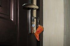 Klucz z kciukiem w postaci buta w keyhole fotografia royalty free