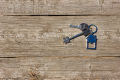 Klucze domowy kłamstwo na drewnianym tle pojęcie kupować własność fotografia royalty free