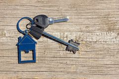 Klucze domowy kłamstwo na drewnianym tle pojęcie kupować własność obrazy royalty free