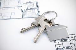 Klucze i domu chromu breloczek z domowym kształtem Fotografia Royalty Free